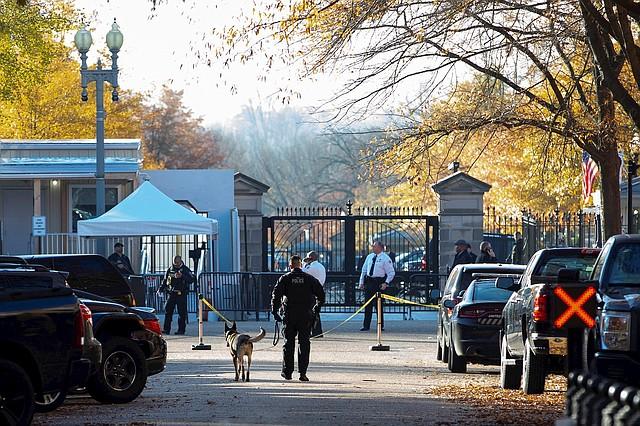 SEGURIDAD. Miembros de la División Uniformada del Servicio Secreto custodiaron los alrededores de la entrada noroeste de la Casa Blanca tras el alerta. | Foto: Efe/Michael Reynolds.