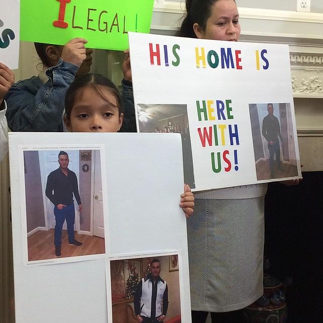 TRISTEZA. Sobrina y tía de José Villalta esperan que él no sea deportado. | Foto: Cortesía CASA