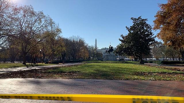 SEGURIDAD. Lafayette Square fue acordonado la mañana de este martes 26 de noviembre durante un cierre temporal de la Casa Blanca.   Foto: Teddy Amenabar/The Washington Post.