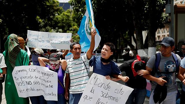 CIUDAD DE GUATEMALA. Ciudadanos y estudiantes universitarios protestaron por la ratificación del tratado migratorio con Estados Unidos el miércoles 31 de julio. | Crédito: Efe/Esteban Biba