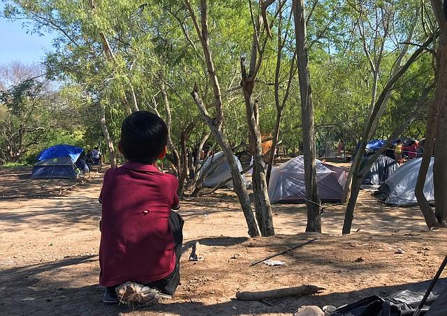 MIGRACIÓN. Campamento de centroamericanos en Matamoros, ciudad mexicana fronteriza, donde aguardan por respuesta a petición de asilo, el 19 de noviembre. | Foto: Efe/Abraham Pineda Jácome.