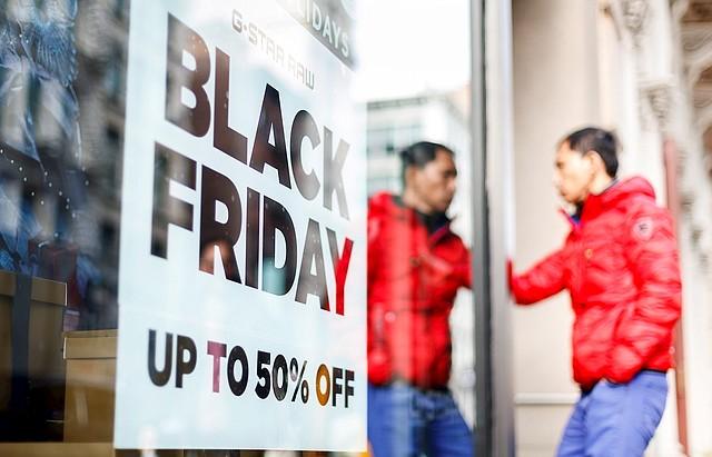 COMERCIO. Una persona junto a un cartel de promoción relacionado con el Black Friday en Nueva York, el 25 de noviembre de 2019. | Foto: Efe/ Justin Lane.