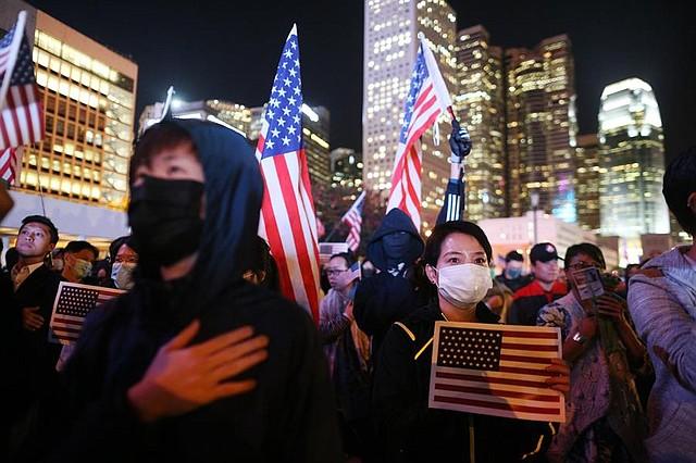 CRISIS. Manifestantes prodemocráticos enarbolan banderas nacionales de Estados Unidos durante una manifestación del Día de Acción de Gracias en Edimburgo Place, Hong Kong, China, el 28 de noviembre de 2019