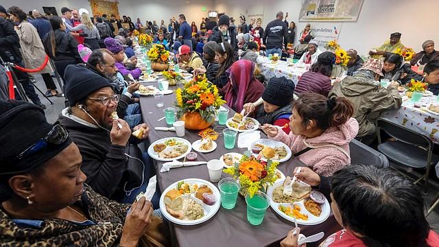 TRADICIÓN. Miles de residentes de Skid Row, en Los Ángeles, y personas sin hogar se sirvieron cenas de Acción de Gracias durante la fiesta anual de vacaciones de Los Angeles Mission, el 27 de noviembre. | Foto: Efe.