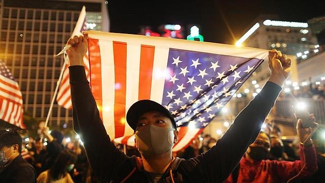 MUNDO. Un manifestante a favor de la democracia sostiene una bandera nacional de Estados Unidos durante una manifestación del Día de Acción de Gracias en Edimburgo Place, Hong Kong, China, el 28 de noviembre de 2019