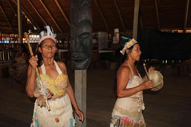 Los cabellos de los indígenas también están impregnados por mercurio. Etnias se declaran en crisis humanitaria por la minería ilegal. Foto: Semana/Jhon Barros.