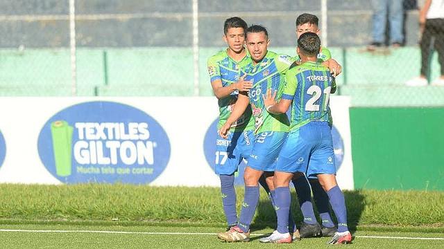 DEPORTE. Gerson Mayén es felicitado por sus compañeros luego de anotarle al 11 Deportivo. | Foto EDH/Jorge Reyes