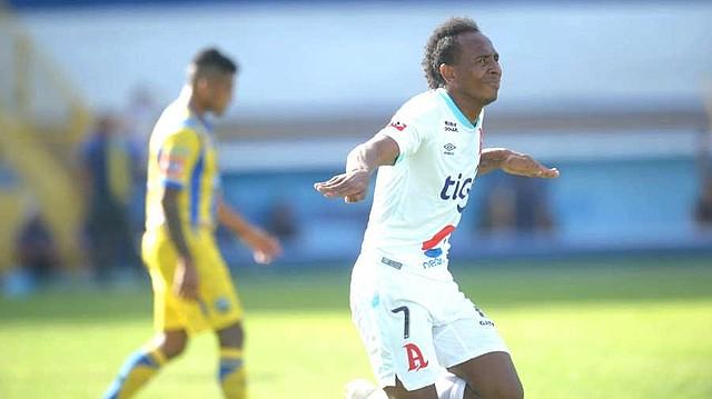 FÚTBOL. Bladimir Díaz fue goleador de los albos en el Clausura 2019, además de ser el máximo romperredes del torneo. | Foto EDH/archivo.