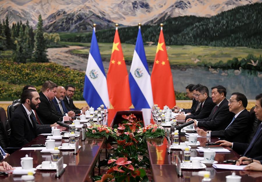 POLÍTICA. El Presidente de El Salvador, Nayib Bukele (izq.), se reúne con el Primer Ministro de China, Li Keqiang (2 der.), en el Gran Salón del Pueblo de Beijing, China, el 3 de diciembre de 2019