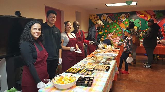 VOLUNTARIOS. Un grupo de voluntarios sirvieron la cena a todas las familias. FOTO: David Marín.