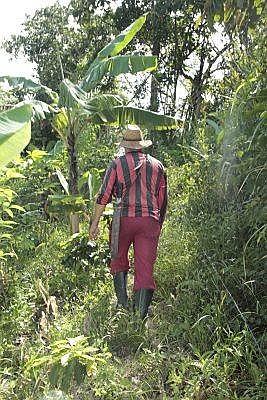 A Darío no lo amilanan las empinadas cuestas de su parcela en Venezuela, ni tampoco las de la vida. | Foto: Semana/ Wladimir López Granados.