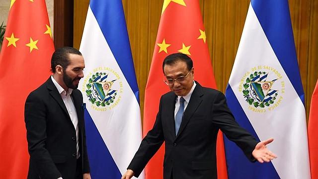 POLÍTICA. El Presidente de El Salvador, Nayib Bukele (izq.), se reúne con el Primer Ministro de China, Li Keqiang (der.), en el Gran Salón del Pueblo en Beijing, China, el 3 de diciembre de 2019.