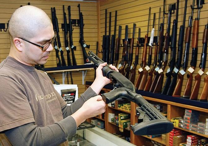 Se incrementa la revisión de antecedentes para compra de armas