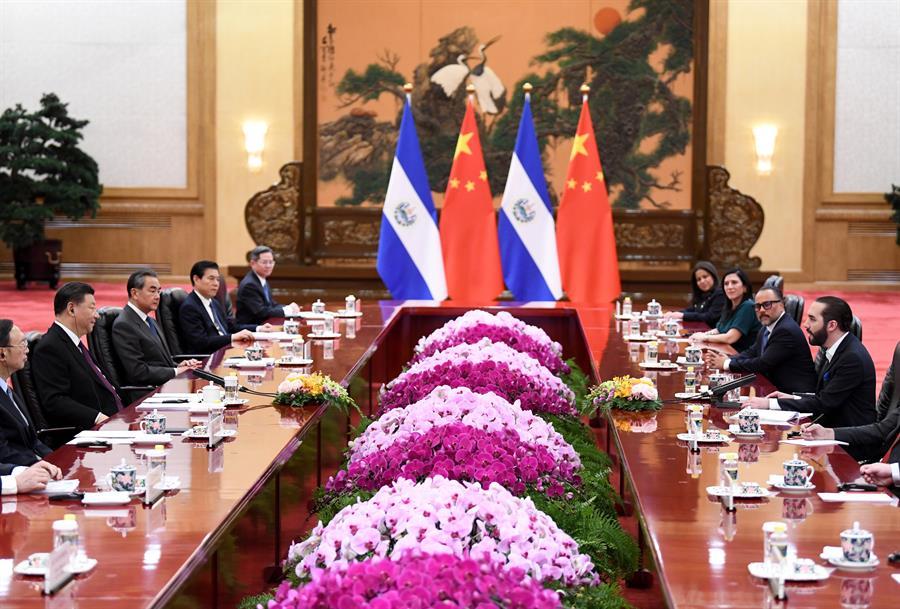 RELACIONES. El Presidente de El Salvador Nayib Bukele (R) habla con el Presidente de China Xi Jinping (2-L) en el Gran Salón del Pueblo en Beijing, China