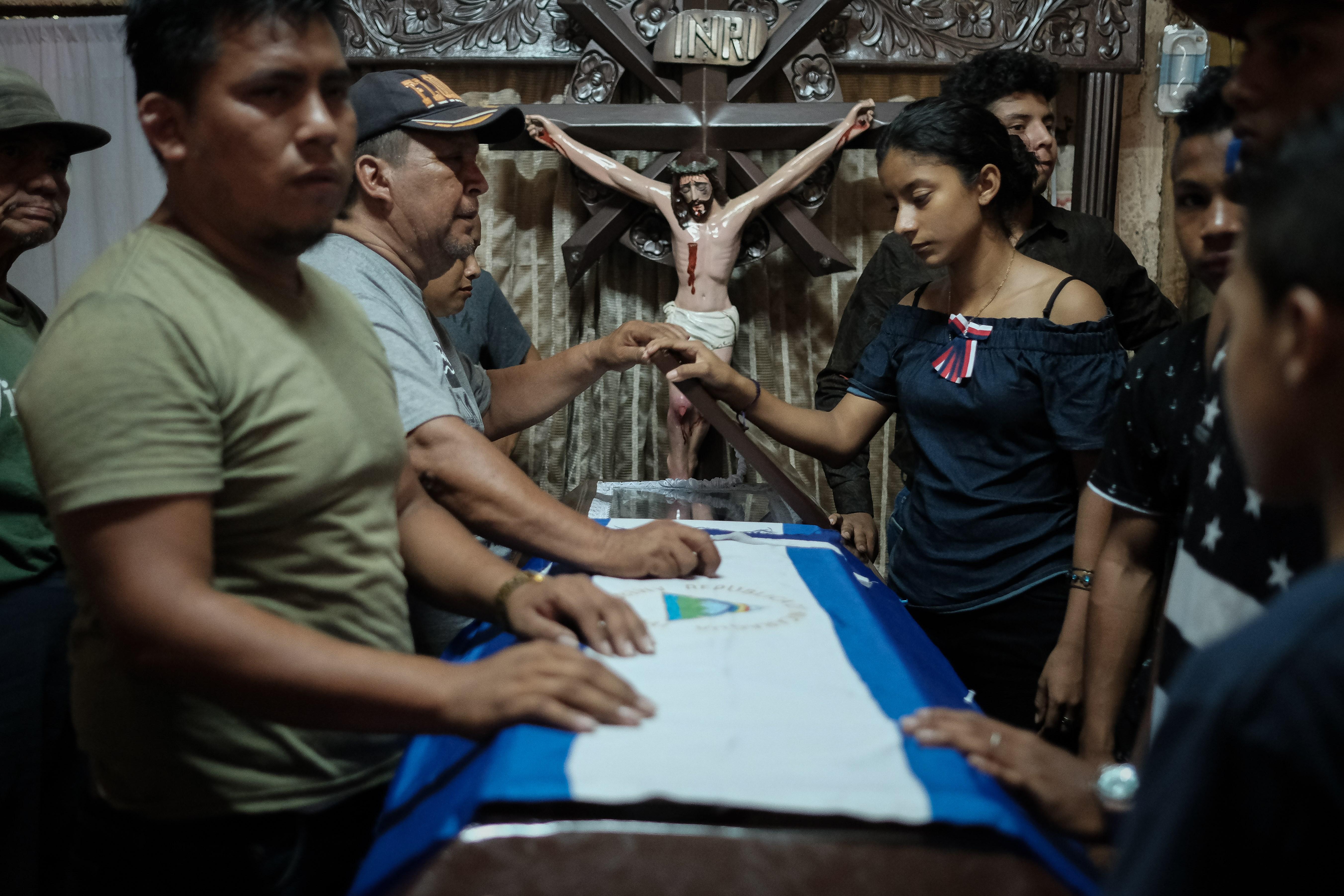 DECESO. José Ugarte López, opositor asesinado en un presunto enfrentamiento con la policía, fue sepultado el 2 de diciembre entre llanto y consignas en contra de Ortega. | Foto: Efe/Alberto González.