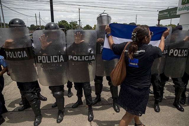PROTESTAS. Pese a la criminalización de las manifestaciones, los ciudadanos no han dejado de manifestar por completo. | Foto: Efe/Jorge Torres.