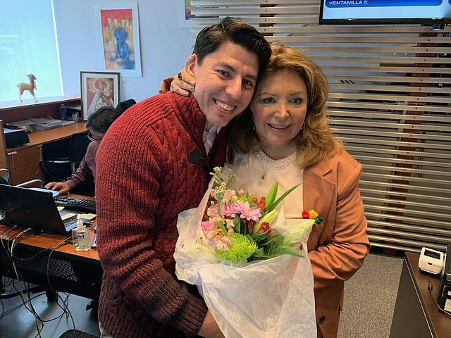 FAMILIA. Beatriz Revollo, quien ejercerá como cónsul general de Bolivia en Washington, DC, con su hijo Daniel, el lunes 2 de diciembre en la sede del consulado de Bolivia. | Foto: MILAGROS MELÉNDEZ PARA ETL.