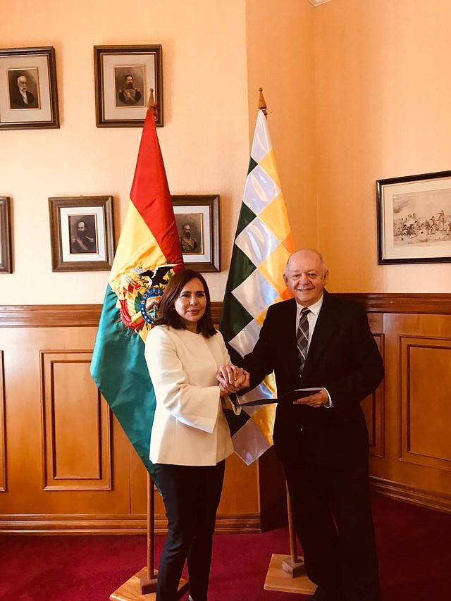 DIPLOMACIA. Ministra de Relaciones Exteriores, Karen Longaric al anunciar a Óscar Serrate (der.) como Embajador en Misión Especial ante gobierno de EEUU. | Foto: CANCILLERÍA DE BOLIVIA.