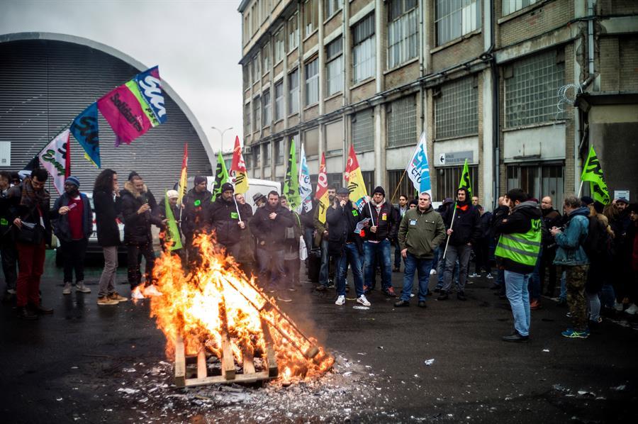 PROTESTA. Los franceses temen que la huelga prosiga durante las fiestas de Navidad, una época en la que los desplazamientos aumentan y los comercios realizan sus mayores beneficios en el año.