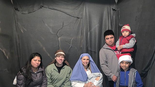 FAMILIA. Carlos y Marisol de Guatemala, con sus niños David y Joshua en la escena del Pesebre, en la Iglesia Bautista Parkwood de Fairfax.