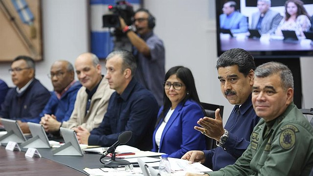 VENEZUELA. Fotografía cedida por el Palacio de Miraflores donde se observa a Nicolás Maduro (2-d) en un Consejo de Ministros este lunes en el Palacio Presidencial Miraflores en Caracas
