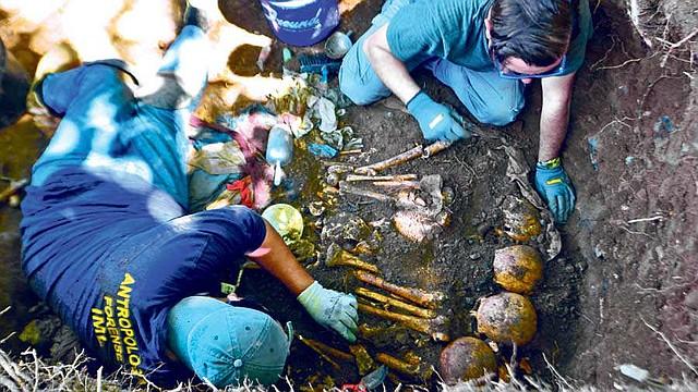 LEGISLACIÓN. 6 de noviembre de 2019. El equipo a cargo del caso judicial de la masacre en El Mozote, en Morazán, realizan la exhumación de osamentas en el cantón Yancolo del municipio de Cacaopera. Según el grupo forense, se encontraron 12 personas, entre los que se encuentran niños, mujeres y hombres de varias edades. Esto fue el resultado de una masacre perpetrada por el batallón Atlatac el 11 de diciembre de 1981. | Foto EDH/ Yessica Hompanera.