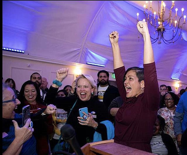 TRIUNFO. La delegada estatal Hala Ayala celebra efusivamente la victoria de los Demócratas en Virginia, el martes 5 de noviembre.   CREDITO: M.M.C