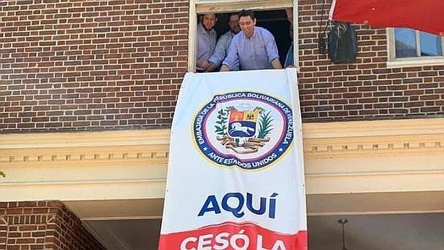 EMBAJADOR. Carlos Vecchio izó la bandera de su país desde la sede diplomática tras tomar el control de la embajada el 16 de mayo de 2019.   CREDITO: ETL