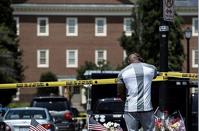 TRAGEDIA. D'Shawn Wright, de 39 años, de pie frente al monumento cerca del lugar de un tiroteo masivo en Virginia Beach.