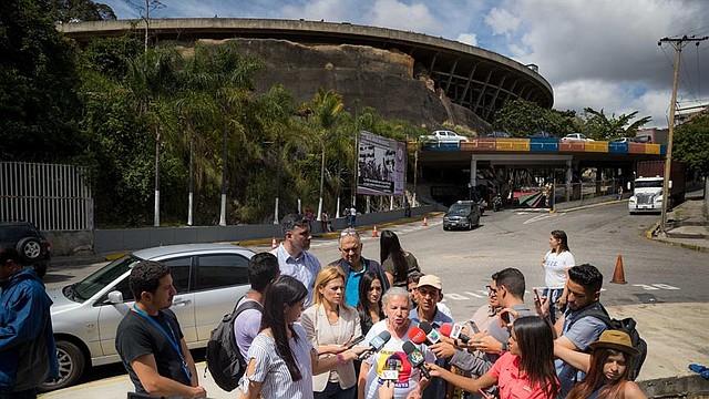 DENUNCIA. La madre del diputado Gilber Caro, Melania de Caro (c), ofreció declaraciones a periodistas el sábado 21 de diciembre en el Helicoide, sede del SEBIN donde mantienen presos políticos en Caracas. | Foto: Efe/Miguel Gutiérrez.