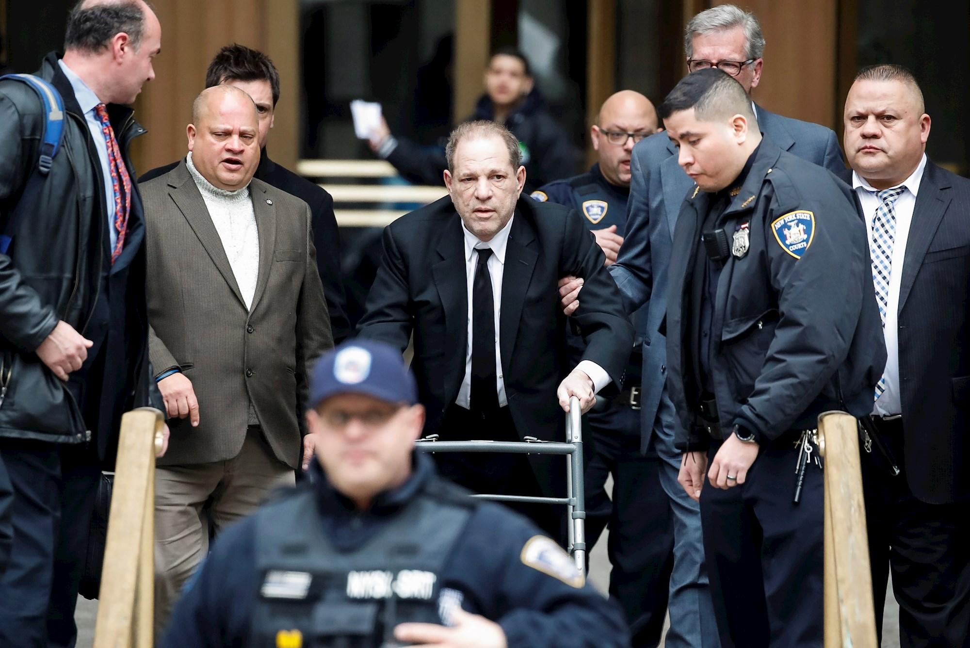 JUDICIALES. Harvey Weinstein (centro) parte después del primer día de su juicio penal en la Corte Suprema del Estado de Nueva York, el 6 de enero de 2020. | Foto: Efe.