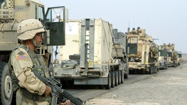 CONFLICTO. Foto de referencia de un soldado estadounidense parado cerca de camiones militares en Kirkuk, Iraq, el 8 de noviembre de 2003. | Foto: Efe.