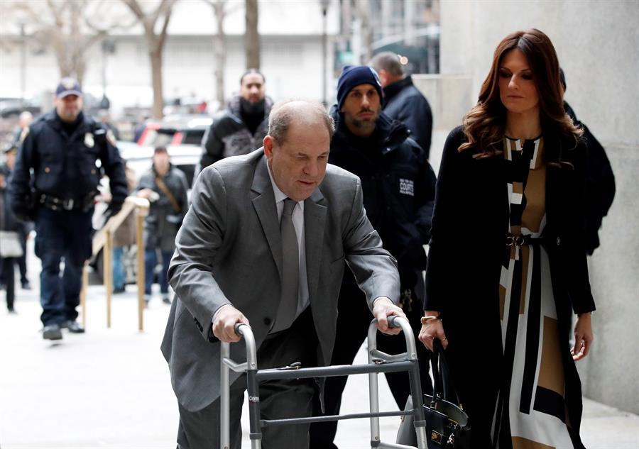 SHOW. El ex productor de Hollywood Harvey Weinstein (C) llega a la corte para el inicio de la selección del jurado en su juicio por agresión sexual con su abogada Donna Rotunno (C-R) en la Corte Suprema del Estado de Nueva York en Nueva York, Nueva York, EE.UU., 07 de enero de 2020