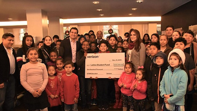 FONDOS. Directivos de Verizon y LSF, junto a familias y estudiantes, durante la presentación del cheque de $ 100 mil. | CREDITO: Tomás Guevara - ETL.