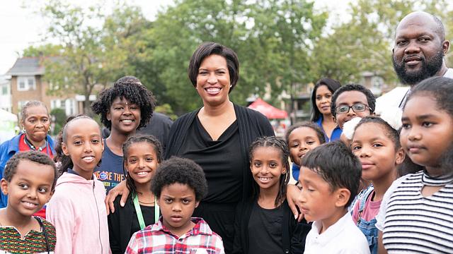 LOCALES. La Alcaldesa de D.C., Muriel Bowser junto a residentes de la localidad