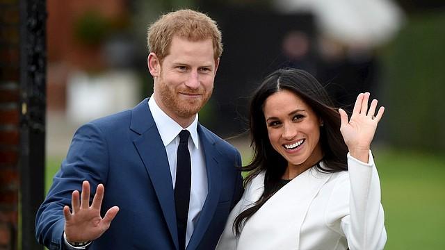 REALEZA. El príncipe Harry posó junto con Meghan Markle durante una sesión de fotos, después de anunciar su compromiso en el Palacio de Kensington en Londres, el 27 de noviembre de 2017. | Foto archivo: Efe.
