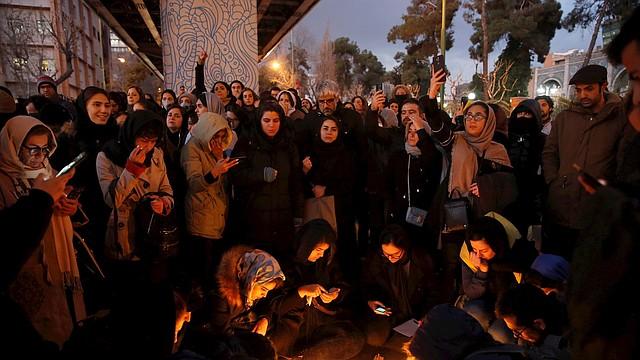 PROTESTA. Iraníes manifestaron frente a la Universidad Amir Kabir en Teherán, Irán, el 11 de enero, después de que las autoridades de ese país asumieran que atacaron el avión ucraniano. | Foto: Efe.