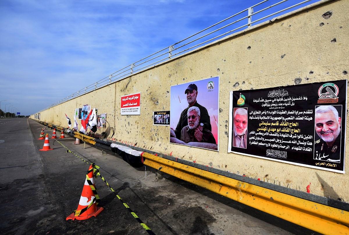 MUNDO. Pancartas con un obituario y las fotos del general iraní Qasem Soleimani y Abu Mahdi al-Muhandis, el líder adjunto de la milicia de las Fuerzas de Movilización Popular, en el sitio del ataque con drones de Estados Unidos que los mató en la carretera principal del aeropuerto internacional de Bagdad.   Foto: Efe.