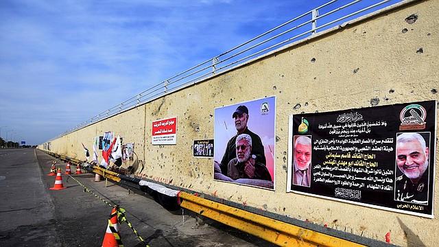 MUNDO. Pancartas con un obituario y las fotos del general iraní Qasem Soleimani y Abu Mahdi al-Muhandis, el líder adjunto de la milicia de las Fuerzas de Movilización Popular, en el sitio del ataque con drones de Estados Unidos que los mató en la carretera principal del aeropuerto internacional de Bagdad. | Foto: Efe.