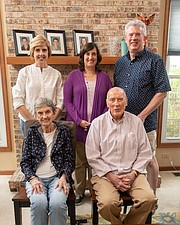 SALUD. Denise Brown (centro) con sus hermanos y sus padres, Sally y Roger Loeffler