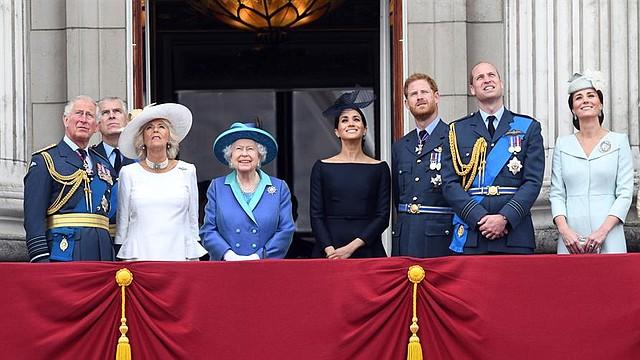 REALEZA. Carlos, el Príncipe de Gales; el Príncipe Andrés, Duque de York; Camilla, Duquesa de Cornualles; la Reina Isabel II, Meghan, Duquesa de Sussex; el Príncipe Harry, Duque de Sussex; el Príncipe Guillermo, Duque de Cambridge y Catalina, Duquesa de Cambridge en el balcón del Palacio de Buckingham durante las celebraciones del desfile de RAF100 en Londres, Gran Bretaña 10 de julio de 2018