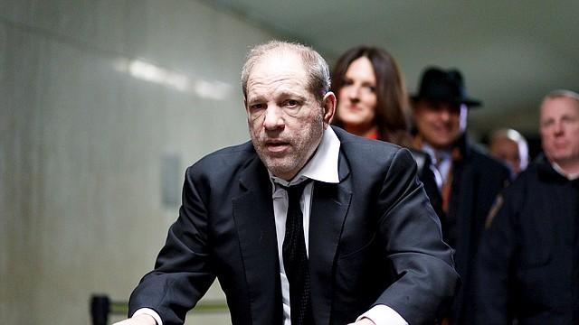 JUDICIALES. Harvey Weinstein abandona la sala del tribunal con su equipo legal al final del cuarto día de selección del jurado para su juicio, por presuntos cargos de agresión sexual en la Corte Suprema del Estado de Nueva York, el 10 de enero de 2020. | Foto: Efe.