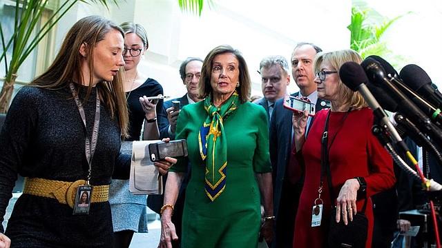 POLÍTICA. La presidenta de la Cámara de Representantes de Estados Unidos, Nancy Pelosi (C), y el presidente del Comité Permanente de Inteligencia de la Cámara de Representantes, Adam Schiff (2-R), son seguidos por miembros de los medios de comunicación después de una reunión del caucus demócrata en el Capitolio en Washington, DC, EE.UU., el 14 de enero de 2020