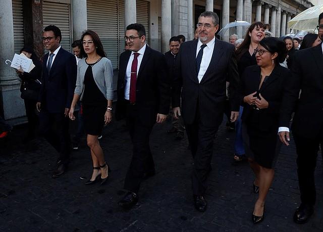 POLÍTICA. La diputada del partido Semilla Lucrecia Hernández Mack (2i), hija de la antropóloga Myrna Mack, camina con su bancada hacia el Congreso, para asistir a la investidura de Alejandro Giammattei como nuevo presidente de Guatemala, este martes, en Ciudad de Guatemala (Guatemala)
