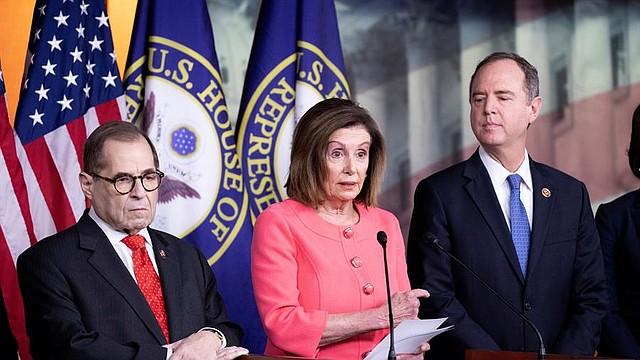 POLÍTICA. La Presidenta de la Cámara de Representantes, Nancy Pelosi (C), habla junto al Presidente del Comité Judicial de la Cámara de Representantes, Jerry Nadler (L), y al Presidente del Comité Permanente de Inteligencia de la Cámara de Representantes, Adam Schiff (R); en una conferencia de prensa durante la cual anunció a los encargados de la impugnación de la Cámara de Representantes, en el Capitolio en Washington, DC, el 15 de enero de 2020