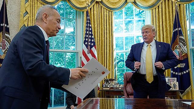 FIRMA. Trump firmó la primera fase del acuerdo comercial con China, con el que pone fin a las hostilidades entre las dos mayores economías del mundo