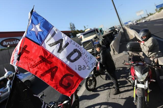 RECHAZO. En Chile ciudadanos protestaron en busca de rectificación de medidas económicas.