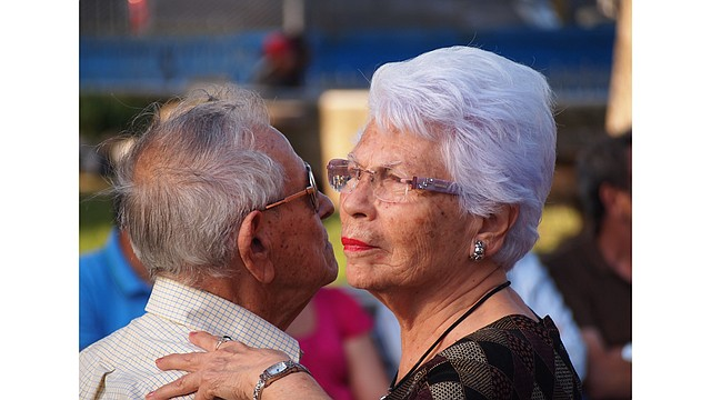 Pareja de adultos mayores bailando. Foto: PxFuel/Creative Commons