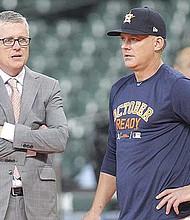 FUERA. Jeff Luhnow, gerente general de los Astros, y A. J. Hinch, manager del equipo, tras ser encontrados responsables de utilizar medios electrónicos de manera ilegal para robar señales de sus lanzadores rivales.