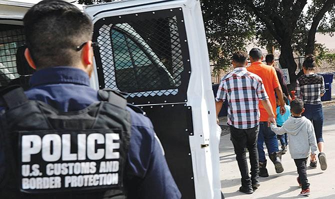 RESPUESTA. Ante la falta de cooperación con las autoridades locales de las 'ciudades santuario', el ICE advirtió que aumentará la presencia de sus oficiales en esas jurisdicciones.